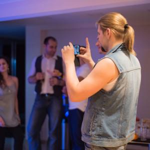 Мужчина фотографирует на телефон