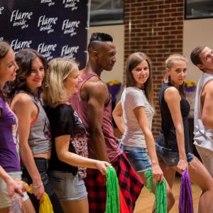 Танцоры позируют для фото