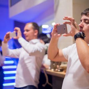 Гости фотографируют мероприятие на телефон