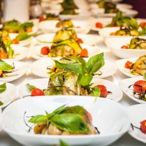Тарелки с овощной закуской