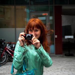 Рыжая девушка с фотоаппаратом