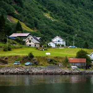 Норвежская деревушка на берегу фьорда