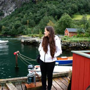 Катерина Кубатина на причале норвежской деревушки Ундредал контакты