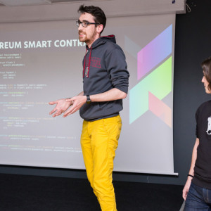 Молодой парень программист презентует проект