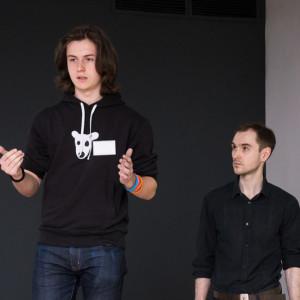 Молодой парень презентует проект
