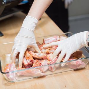 Процесс маринования ребрышек