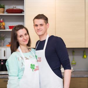 Девушка с молодым человеком на кулинарном мастер-классе