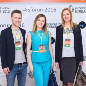 Светлана Демина и бизнес делегаты на фоне пресс вола