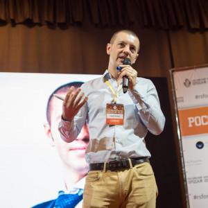 Павел Кочкин выступает на сцене