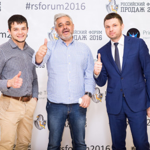 Три мужчины показывают палец вверх на фоне пресс вола