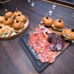 Мясная нарезка и гамбургеры