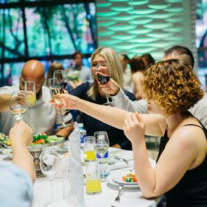 гости чокаются бокалами