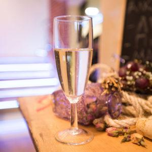 Бокал шампанского на барной стойке