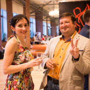 Мужчина и женщина с бокалами шампанского