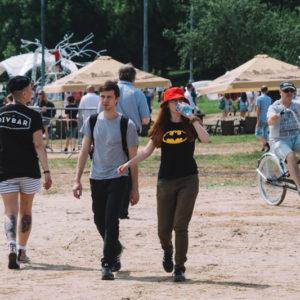 идущие люди на фестивале
