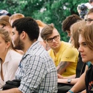 молодые люди сидят