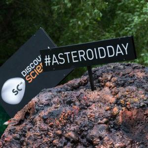 инсталляция asteroidday на фестивале geek picnic