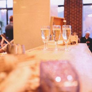 Бокалы шампанского на барной стойке