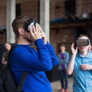 примеряют очки виртуальной реальности