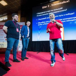 Владимир Маринович и добровольцы из зала