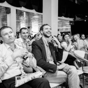 Черно-белое фото аудитории людей