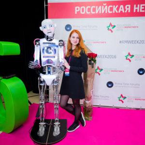 Девушка рядом с роботом