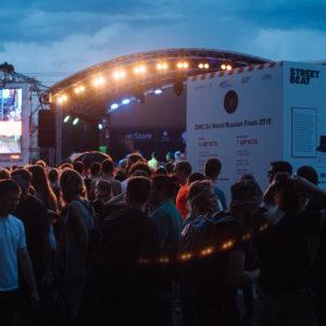 Вечерняя сцена диджей батлов на фестивале уличной культуры Faces&Laces 2016