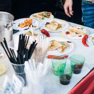стол с блюдами индонезийской кухни