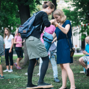 девушка учится держать равновесие на балансборде
