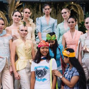 модели демонстрируют коллекцию индонезийского модельера