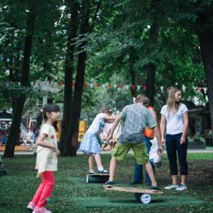 дети тренируются на балансборде
