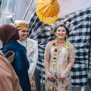 ребята в традиционных индонезийских свадебных костюмах