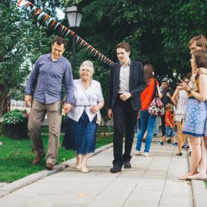 пожилая женщина с внуками в парке