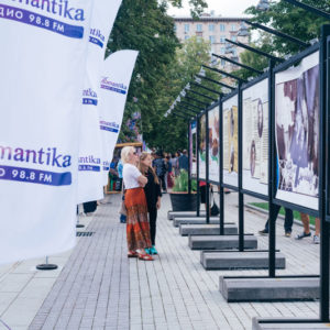 рекламные флагштоки и выставка фотографий
