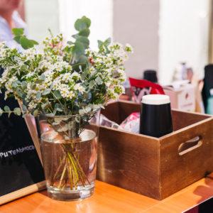 полевые цветы в прозрачной вазе