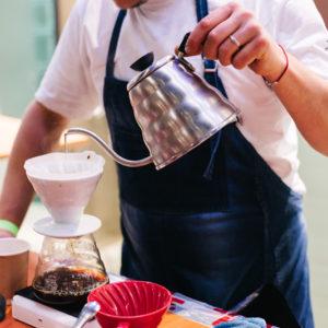 Заваривание кофе с помощью воронки Hario