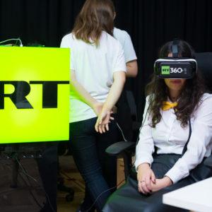 девушка смотрит телеканал RT360
