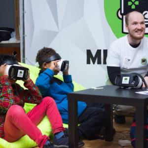 дети играют в VR очках