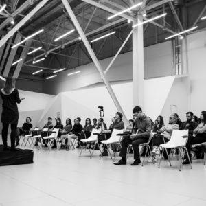 вид на сцену и аудиторию слушателей сбоку
