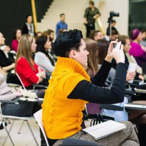девушка фотографирует на смартфон