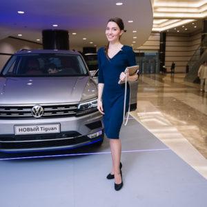 Девушка в синем платье с Volkswagen Tiguan
