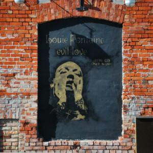 Кирпичная стена с граффити портретом