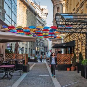 Пешеходная улочка в центре Белграда. Уличные кафе и подвесные цветные зонтики.