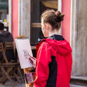 Девушка на пленере в старом городе Гданьска. Архитектурный набросок.