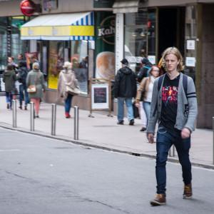 Парень переходит дорогу в Хельсинки