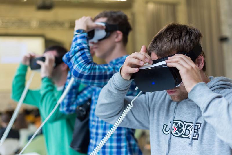 примерка очков виртуальной реальности