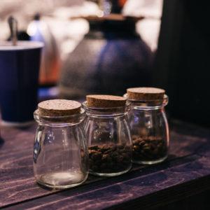 стеклянные банки с зернами кофе