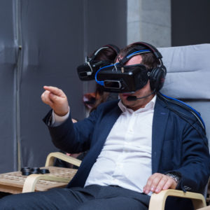 команда играет в VR игру