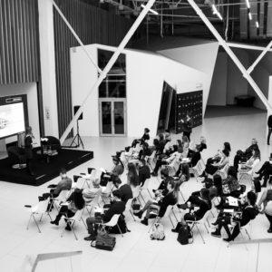 вид на сцену и аудиторию слушателей сверху