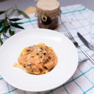 Домашняя паста с острой колбаской чоризо, лесными грибами в сливочном соусе